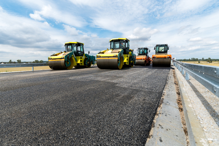 Cerrar vista sobre el funcionamiento del rodillo de camino en el nuevo sitio de construcción de carreteras Foto de archivo - 66167330