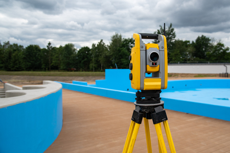 Close view on the theodolite on the construction site Stockfoto