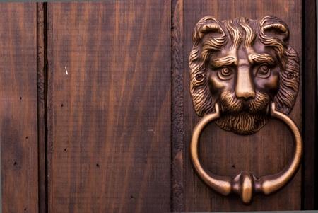 manejar: León de bronce tipo aldaba de la tradicional chino en la puerta de madera - aldaba en forma de cabeza de león Foto de archivo
