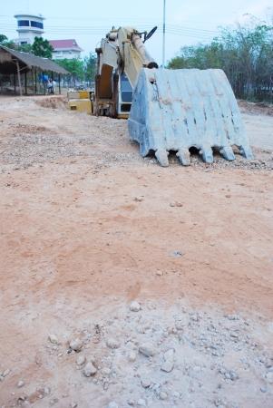 large build: macchina durante il loader movimento terra lavora all'aperto in cantiere nel foro di grandi dimensioni Archivio Fotografico