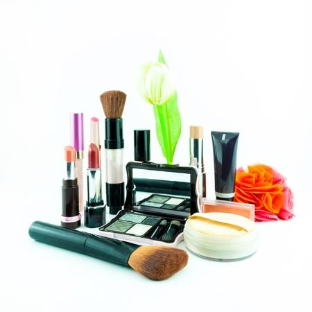 pinceau de maquillage et un ensemble de produits cosmétiques, sur un fond blanc isolé - cosmétiques décoratifs pour le maquillage