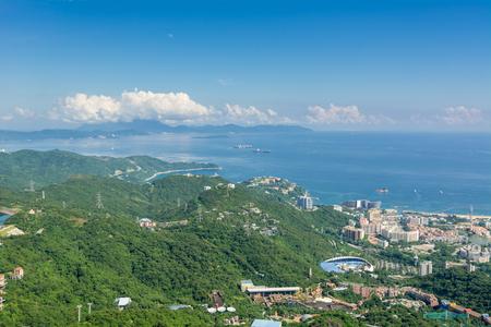 塩田、深セン、広東省、中国の青い空に対して海岸線に沿って美しい丘