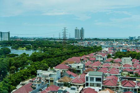 Vue aérienne du centre-ville de Jakarta, avec des maisons d'habitation et des bâtiments morden.