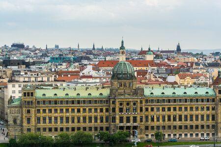 Ministère de l'Industrie et du Commerce, un bâtiment impressionnant qui est l'un des bâtiments emblématiques le long d'un affluent de la rivière Vltava, vue depuis le parc Letna. Banque d'images