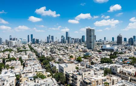 Vue aérienne de la ville de Tel Aviv avec des horizons modernes contre le ciel bleu dans le centre-ville de Tel Aviv, Israël. Éditoriale
