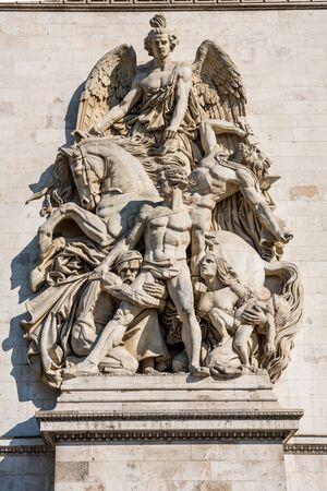Statue sur le mur de l'Arc de Triomphe à l'avenue des Champs-Elysées à Paris,