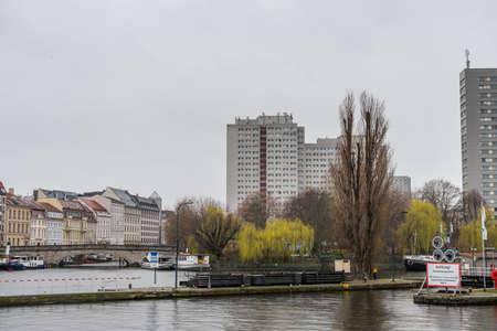 Buildings at the riverbank of Spree river in the downtown of Berlin, Germany. Redactioneel