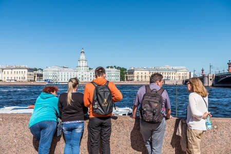 Tourist at the port of Neva River, looking at theh buildings at another side  in St. Petersburg. Russia Editoriali