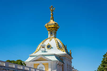 Golden dome of the Great Cascade inside of the summer palace of peter the great in Saint Pertersburg, Russia. Editoriali