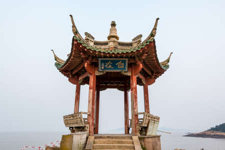 A Chinese traditional pavilion at the seaside in Putuoshan, Zhoushan Islands, Zhejiang, China (Character: Freedom) 新聞圖片