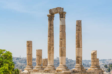 Column runis of the Temple of Hercules in the Amman Citadel, a historical site at the center of downtown Amman, Jordan. Known in Arabic as Jabal al-Qal'a, one of the seven jabals (mountains) that originally made up Amman Banque d'images