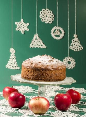 """rum cake: Composta di mele uvetta rum torta per tavola di Natale. Tavolo decorato con fiocchi di neve di pizzo e tovagliolo. Dalla serie di """"Buon Natale"""" Archivio Fotografico"""