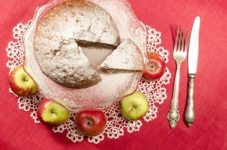"""rum cake: Composta di mele uvetta rum torta per tavola di Natale. Tavolo decorato con tovagliolo di pizzo. Dalla serie di """"Buon Natale"""""""