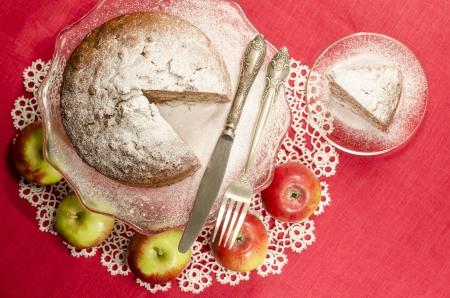 """rum cake: Composta di mele uvetta rum torta per la tavola di Natale, offuscata da tavolo sfondo decorato con tovagliolo di pizzo. Dalla serie di """"Buon Natale"""""""