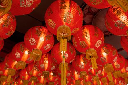 luz roja: Las linternas chinas culturales se re�nen en un grupo.