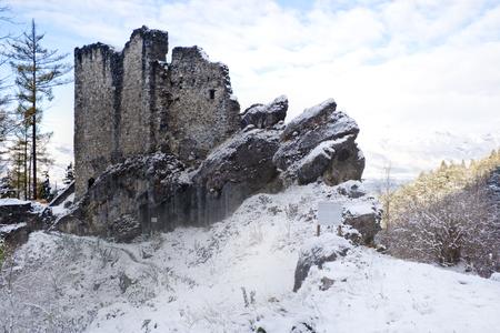 castello medievale: Le rovine di un castello medievale a Vaduz, con vista sulle Alpi