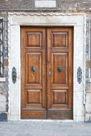 puertas antiguas: Puerta de madera vieja en Venecia Foto de archivo