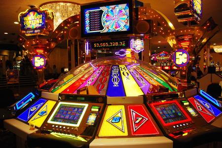 Las Vegas mesas de juego de máquina tragaperras en el interior Editorial