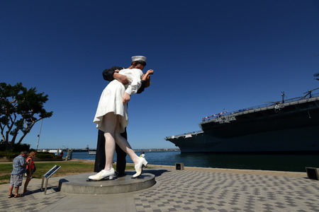 San Diego victory kiss statue