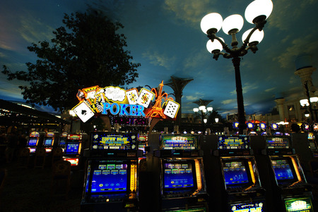 Las Vegas casino slot machines Фото со стока - 84303928