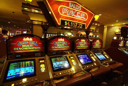 Las Vegas casino slot machines Фото со стока - 84303929