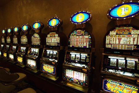 Las Vegas casino slot machines Фото со стока - 84303930