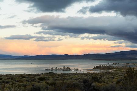 モノ湖の景観、北米で最も古い湖の一つ