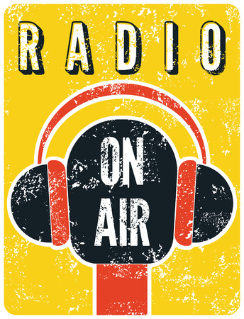 "Typografische retro grunge radiostation poster. Microfoon ""On air"". Vector illustratie."