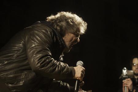 Vicenza, Italia - 11 marzo 2010: Beppe Grillo, il famoso showman e blogger italiano, leader del Movimento 5 Stelle, parla a sostenitori.