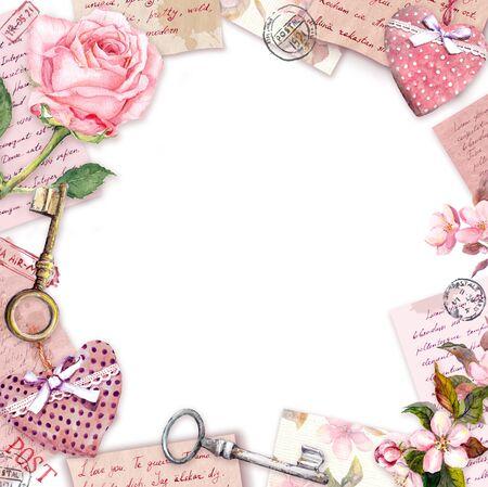 Lettere scritte a mano vintage, fiori di rosa rosa, cuori tessili, francobolli, chiavi. Carta vintage, vuota, cornice - spazio vuoto per il tuo testo