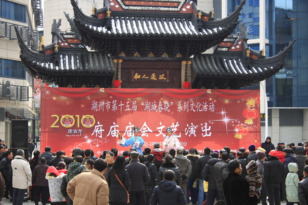 cultural history: Lake Theatre, formerly known as Huzhou tanhuang prevalent in Huzhou, Jiaxing, Hangzhou Yuhang district and other places, there are about a hundred years of history. Lake play was included in the second batch of intangible cultural heritage in Zhejiang