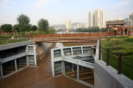 the local characteristics: Waterwheel Park is a hundred miles Lanzhou Huanghe style online local characteristics most attractions, but also along the Yellow River in Lanzhou City, the oldest ancient irrigation tools. The picture shows the Yellow River sluice.