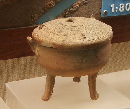 """ding: Chu style """"Cover Ding"""", unearthed in Huzhou, Zhejiang Province under the isolated city."""