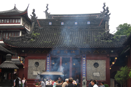 believers: Temple incense strong. Shanghai Temple tourist area is important Taoist temples in Shanghai, is a shopper's paradise at home and abroad.
