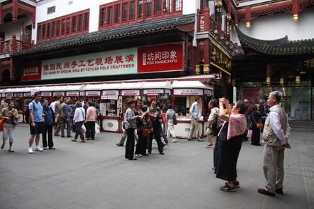 believers: Shanghai Temple tourist area is important Taoist temples in Shanghai, is a shopper's paradise at home and abroad.