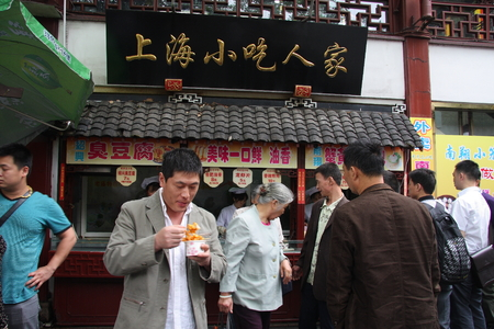 Shanghai snacks. Shanghai Temple tourist area is important Taoist temples in Shanghai, is a shopper's paradise at home and abroad.