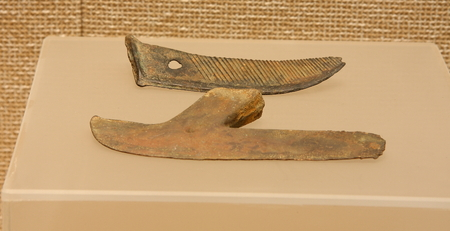guillotine: Bronze sickle, a shoe guillotine (Warring States), collections in Huzhou, Zhejiang Museum.