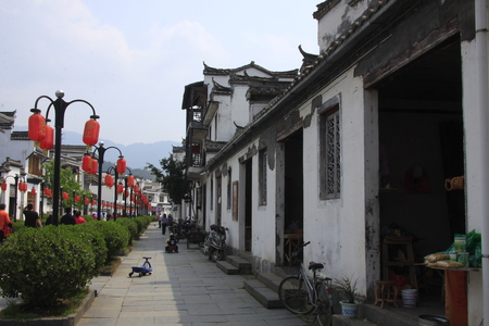 inkstone: Great hometown - Riverside is located in the scenic Wuyuan, Jiangxi Province, the famous attractions that Xiao Jiangzong Riverside shrine temple, brick, wood carving, stone carving realistic shape, full of elegant architectural elegance.