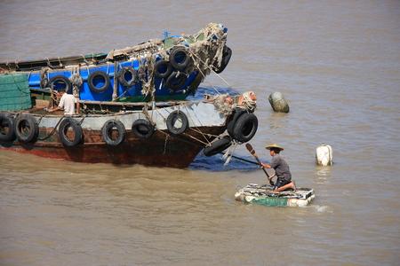 multiply: Yuhuan de la provincia de Zhejiang flotante se multiplican los pescadores en alta mar est�n planeando recortar barco de pesca.