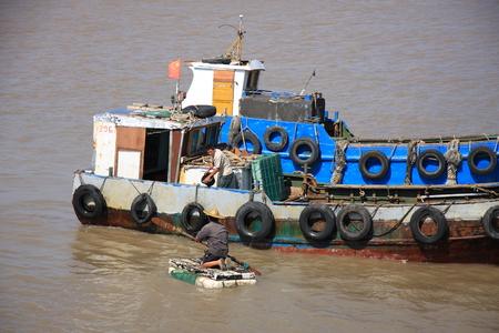 multiplicar: Yuhuan de la provincia de Zhejiang flotante se multiplican los pescadores en alta mar est�n planeando recortar barco de pesca.