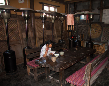 foreign national: Bar, decorative materials in the bar with a certain ethnic characteristics owner purchases come from the southwest border of Yunnan minority people in the demolition of houses.