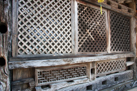 foreign national: Bar walls, bar wall decoration materials with certain ethnic characteristics owner purchases come from the southwest border of Yunnan minority people in the demolition of houses.