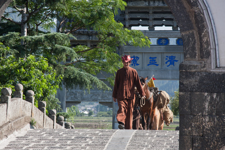 Caravan filming the scene, in the ancient caravan Yunnan transport in scattered long run. In modern times, Yunnan has formed a Fengyi help, Mongolia-based help, Yunlong help, Heqing help more than 20 large-scale caravan. Baoshan caravan is more prominent