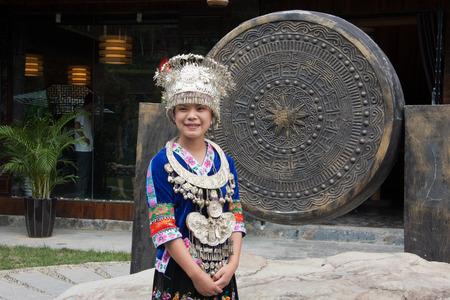 acomodador: Usher llevando turistas de disfraces tradicionales bienvenida cerca de la entrada