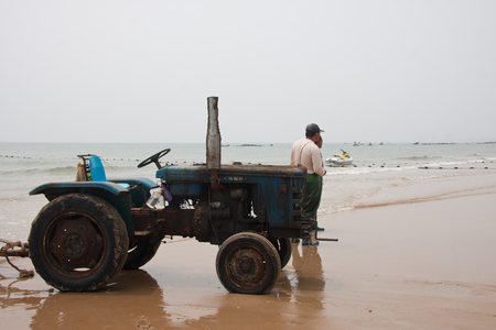 obreros trabajando: Workers working on the scenic spots of golden sand beach Editorial
