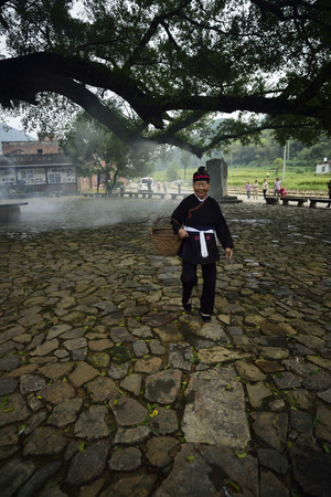 cultural and ethnic clothing: Half moon, located in Creek town, xiapu County, Fujian province, was zu villages populated by unique architectural features of the she nationality, is known as zu history and culture village. Shes a savory.