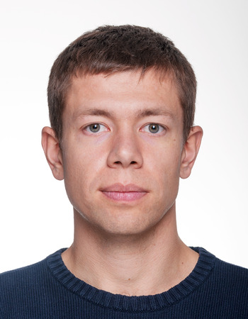남자의 머리는 중립 얼굴 표현과 흰색 배경으로 촬영