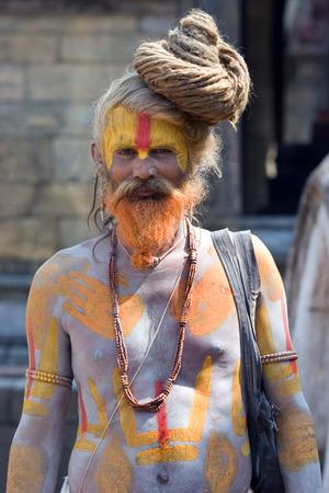 limosna: KATMANDU, NEPAL- 10 de mayo: Shaiva sadhu santo hombre busca limosnas en Pashupatinath templo el 10 de mayo de 2008 en Katmand�, Nepal Editorial