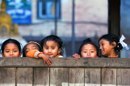 niños pobres: Bhaktapur, Nepal - 08 de enero: colegialas nepaleses posa para una foto durante su recreo, el 8 de enero de 2010 en Bhaktapur, Valle de Katmandú, Nepal.