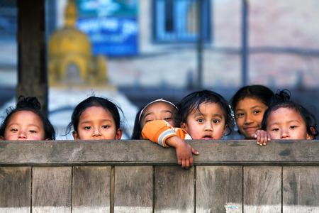colegiala: Bhaktapur, Nepal - 08 de enero: colegialas nepaleses posa para una foto durante su tiempo de descanso, el 8 de enero de 2010 en Bhaktapur, Valle de Katmandú, Nepal.